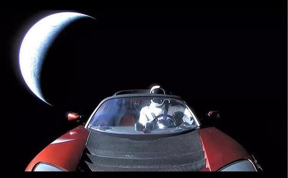 Запущенный в космос электромобиль показал Илон Маск (фото)