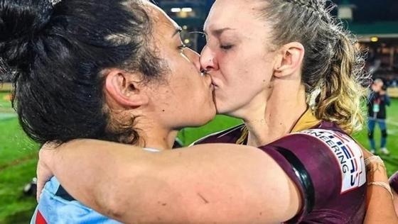 Поцелуй двух регбисток разгневал фанатов