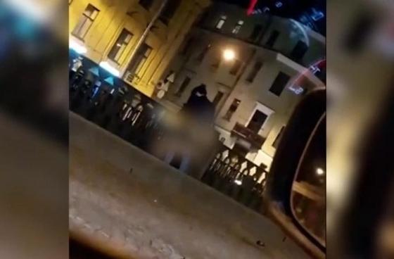 Молодая пара занялась сексом у Казанского собора в Петербурге (видео)