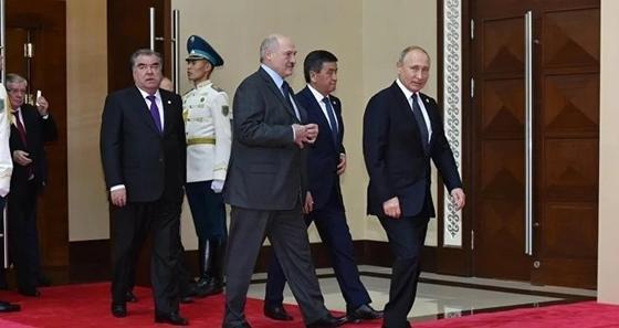 Путин обнял Назарбаева на саммите ОДКБ в Астане