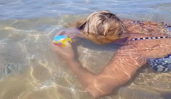 Жительница Актау собрала кубик Рубика под водой за полторы минуты