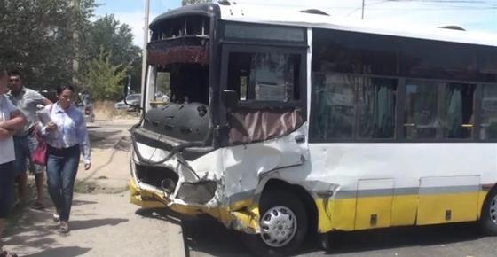 Мужчина погиб при столкновении автобуса с легковым авто в Шымкенте