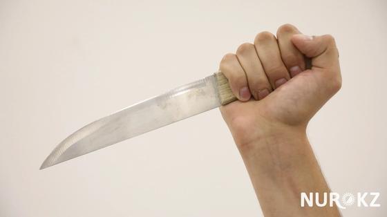 Мужчина с ножевым ранением сам пришел в больницу в Лисаковске