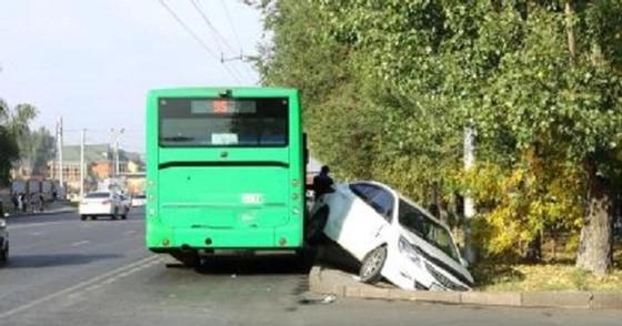Автобус столкнул в арык легковой автомобиль в Алматы (фото)