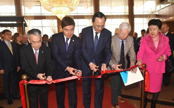 Байбек и Абдрахманов открыли памятную доску в честь 25-летия деятельности ООН в Казахстане