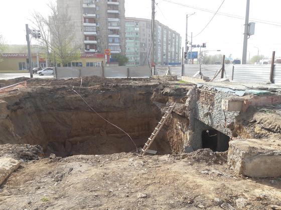 Житель Уральска упал в огромную яму (фото, видео)