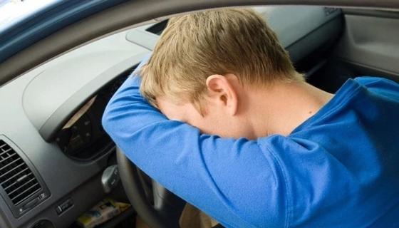 Водитель уснул за рулем чужого авто и перевернулся в Атырауской области