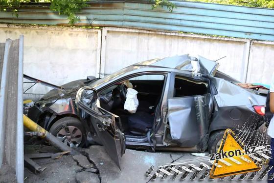 Kia разнесла остановку в Алматы (фото)