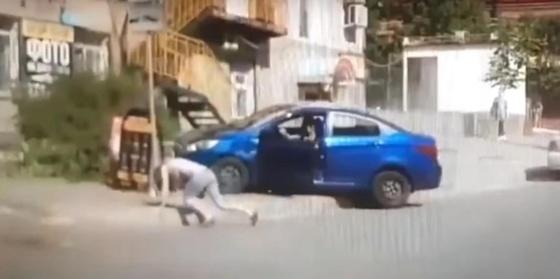 """""""Решил проучить"""": мужчина переехал жену после ссоры (видео)"""