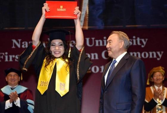 Выпускница рассказала, как Назарбаев вручал ей диплом «не по протоколу»
