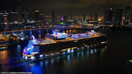 Самый большой в мире круизный корабль «Симфония морей» дебютировал в США