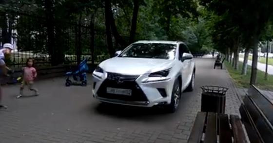 Еще одно нарушение совершила автоледи, едва не сбившая детей на тротуаре в Алматы