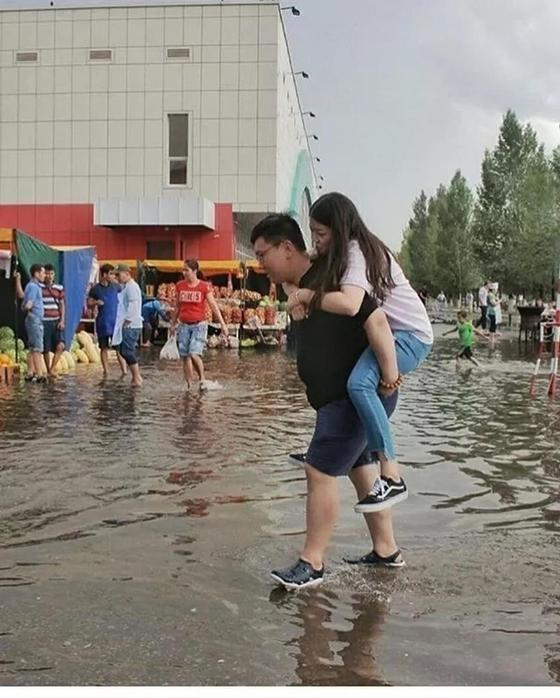 «Венеция вернулась – лодок не хватает»: Астану затопило после ливня (фото, видео)