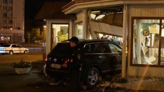 Авто без водителя разнесло кафе в Таразе (фото)
