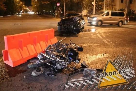 Лихач-мотоциклист на высокой скорости влетел в легковой автомобиль в Алматы (фото)
