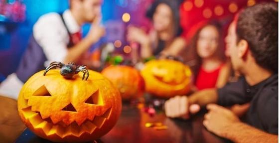 Баннер упал на 17-летнюю девушку во время празднования Хэллоуина в Астане