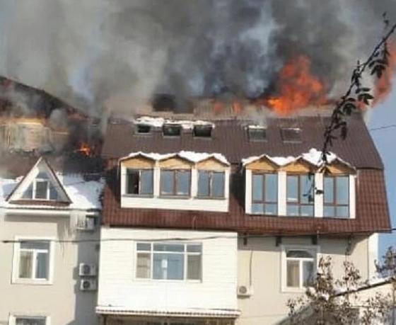 Одного человека спасли и 20 эвакуировали с горящего здания в Алматы (фото)