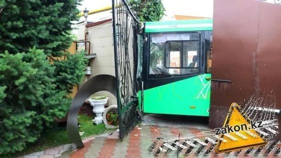 Автобус без водителя снес забор частного дома в Алматы (фото)