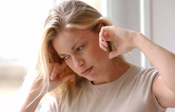 Почему закладывает уши