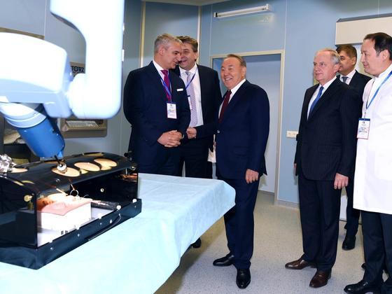 Назарбаев посетил обучающий центр роботизированной хирургии в Астане (фото)