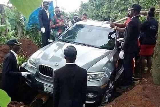 Мужчина похоронил отца в очень дорогом внедорожнике (фото)