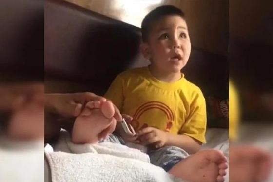 Поющий о маме мальчик из Астаны героически борется с раком глаз