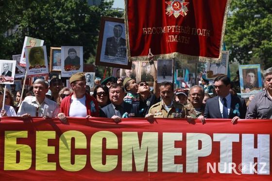 """""""Это наша сила"""": 120 тыс. человек пришли на """"Бессмертный полк"""" в Алматы"""
