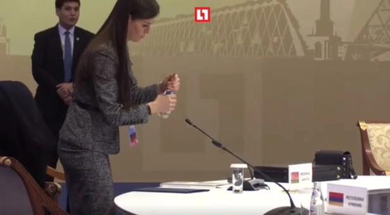 По линеечке: помощница Лукашенко сдувала пылинки с его стола перед саммитом ОДКБ (фото)