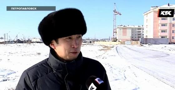 Коммунальщики с газонокосилками вышли на заснеженные улицы Петропавловска