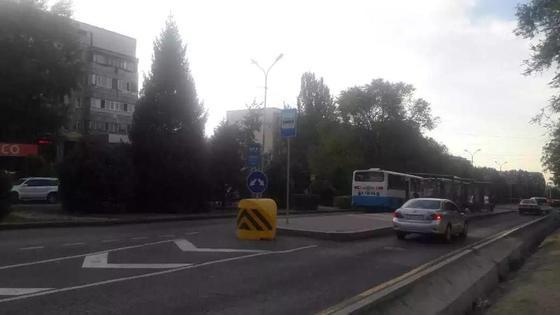 Кроссовер врезался в пассажирский автобус на остановке в Караганде
