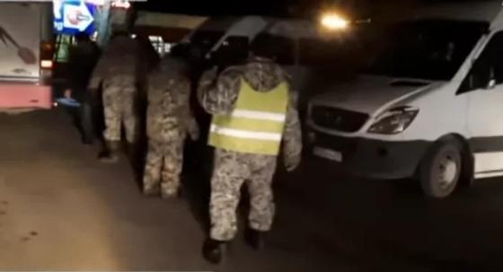 Неизвестные в военной форме не пропускают автобусы в Алматы по ночам