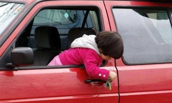 Трехлетняя девочка выпала на ходу из авто в ВКО