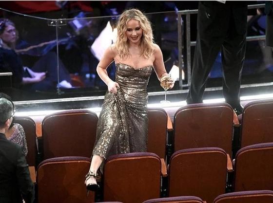«Накатавшая пару бокалов» Дженнифер Лоуренс стала сенсацией на «Оскаре»
