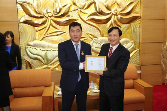 Известного казахстанского предпринимателя наградили во Вьетнаме
