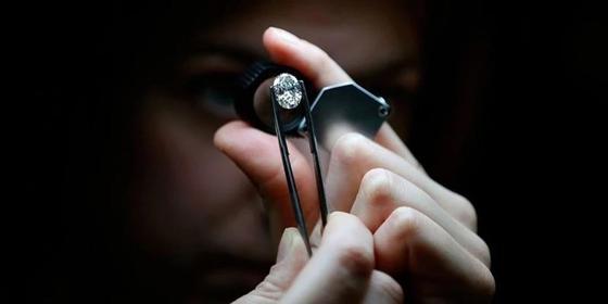 Женщина нашла алмаз размером с фасолину в парке