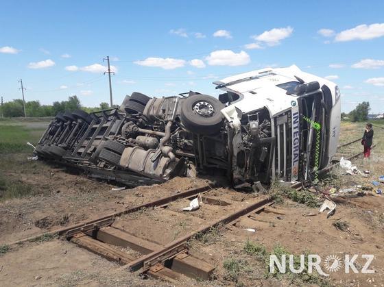 На железнодорожном переезде перевернулся грузовик в ЗКО