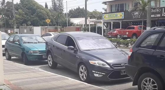 Автомобиль совершил чудо-трюк, чтобы выехать с парковки (видео)