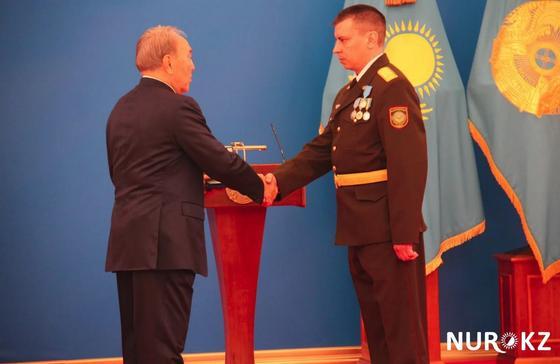 Назарбаев наградил пожарного, спасшего из огня двух детей
