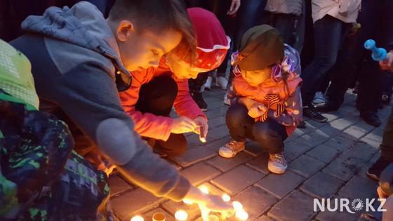 7199 свечей зажгли в Усть-Каменогорске в память о погибших в ВОВ (фото)