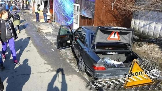 Mercedes совершил смертельный наезд на людей в Алматы