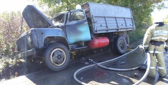 Грузовик с газовыми баллонами едва не взорвался в ВКО из-за возгорания в двигателе