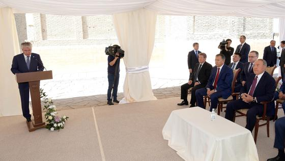 Назарбаев посетил мавзолей Ходжа Ахмеда Яссави (фото)