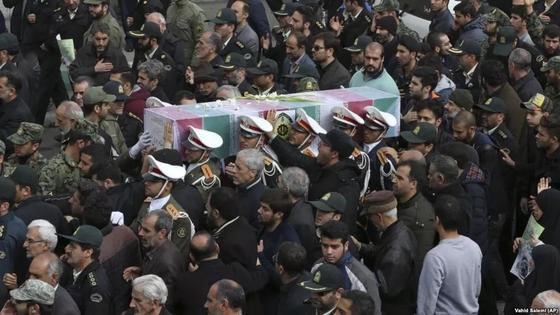 Ирандық полицейлер жерлеу рәсімі. Фото: Азаттық