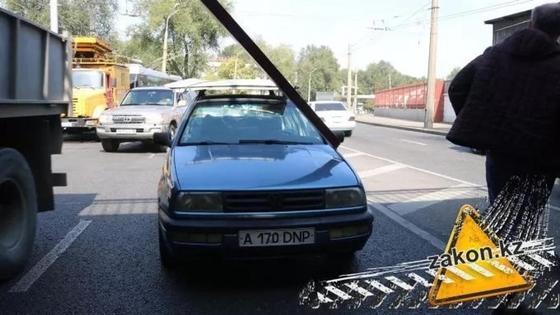 Грузовик оборвал троллейбусные линии в Алматы: на дороге образовалась пробка