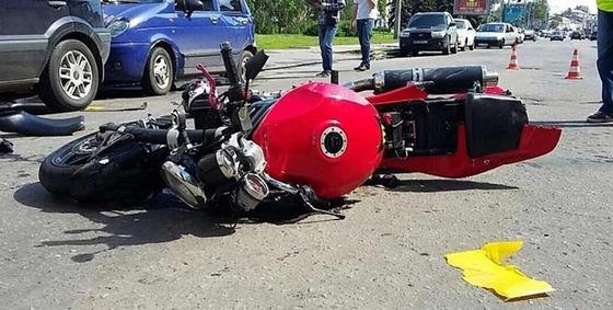 Мотоцикл без номеров сбил дедушку с маленьким ребенком в Костанае