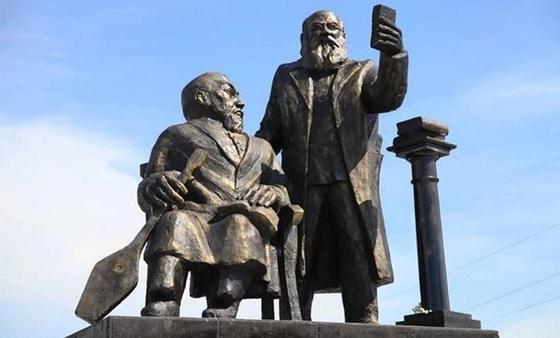Бюсты Абая и Михаэлиса выдворены на свалку в Усть-Каменогорске (видео)