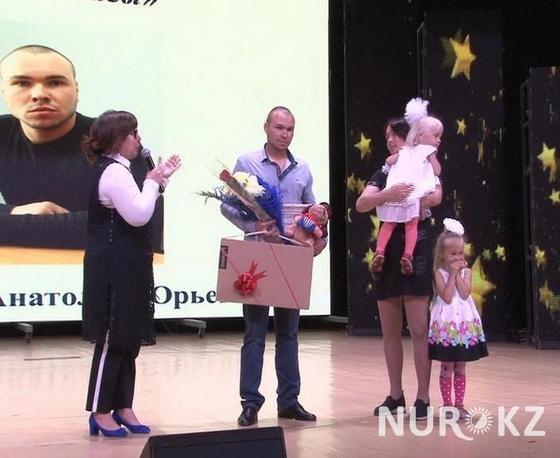 Спасший 3 детей из пожара получил премию от медиков за подвиг в Павлодарской области