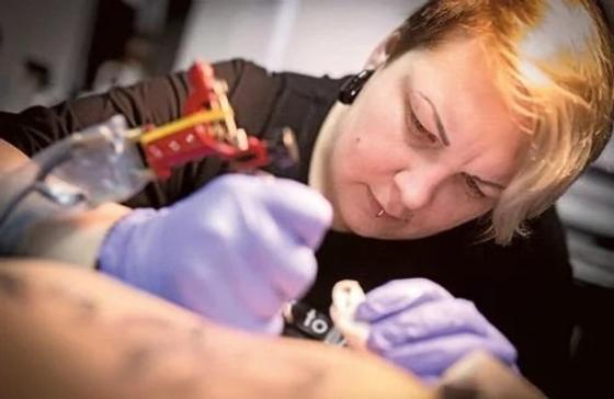 Девушка с татуировкой «Суп» рассмешила своего соседа в самолете