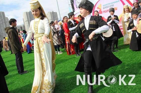 Назарбаев посетил концерт, посвященный Дню единства народа Казахстана (фото)