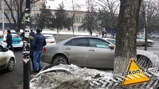Mercedes и Lexus столкнулись в Алматы на повороте к акимату (фото)